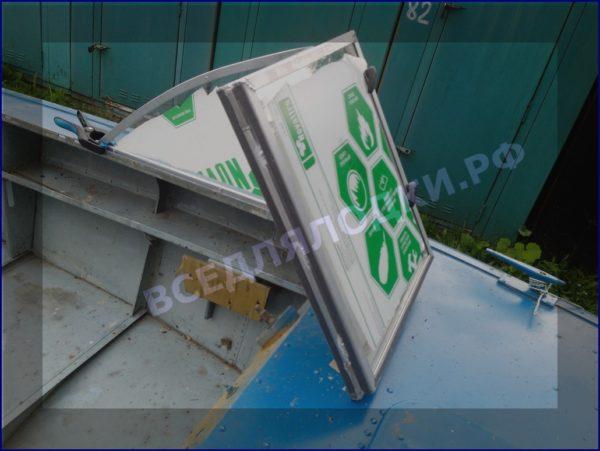 Прогресс-4. Стекло в рамке с калиткой для выхода на нос. 30