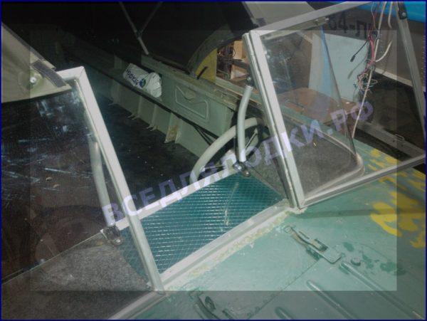 Прогресс-2.<br> Стекло в рамке с калиткой для выхода на нос 4