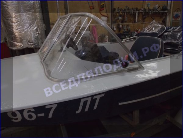Обь-1.<br>Стекло в рамке с калиткой для выхода на нос 5
