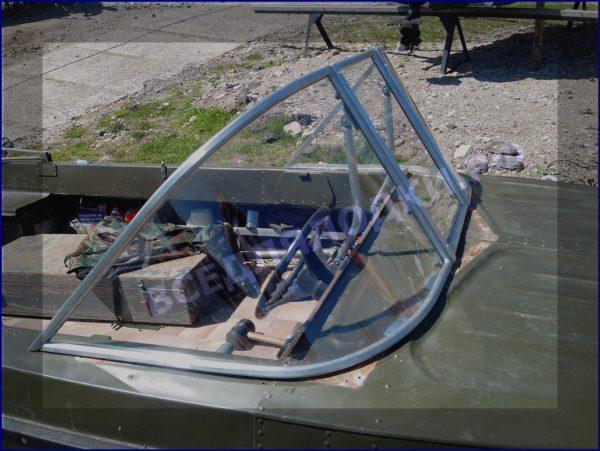 Казанка-5.<br>Стекло в рамке с калиткой для выхода на нос 2