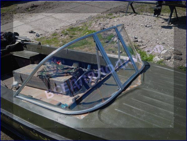 Казанка-5.<br>Стекло в рамке с калиткой для выхода на нос 3