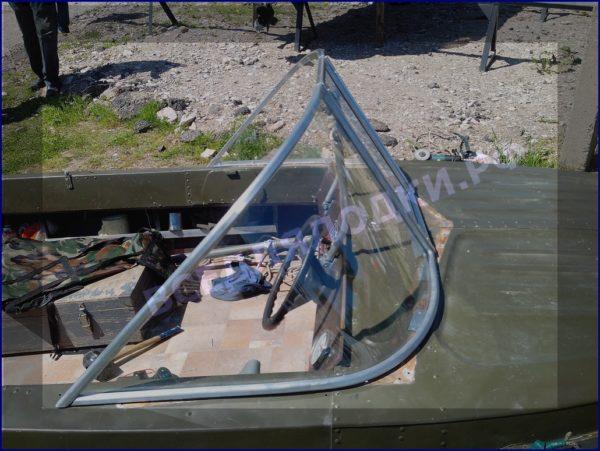 Казанка-5.<br>Стекло в рамке с калиткой для выхода на нос 7