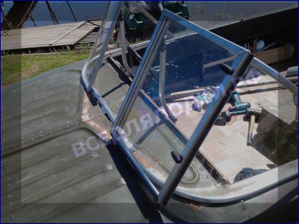 Казанка-5.<br>Стекло в рамке с калиткой для выхода на нос 11