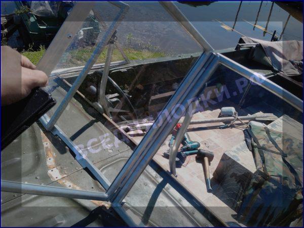 Казанка-5.<br>Стекло в рамке с калиткой для выхода на нос 13