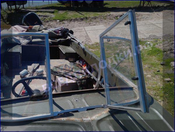 Казанка-5.<br>Стекло в рамке с калиткой для выхода на нос 15