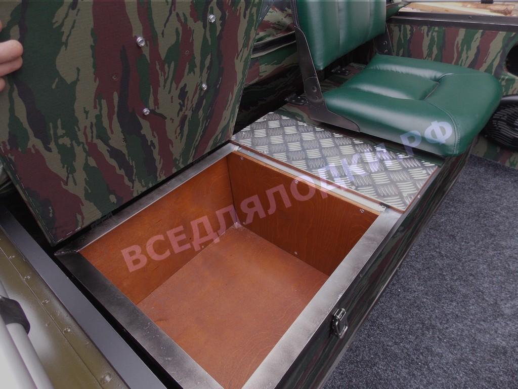 Под поворотными креслами сухой рундук для хранения провизии и амуниции.