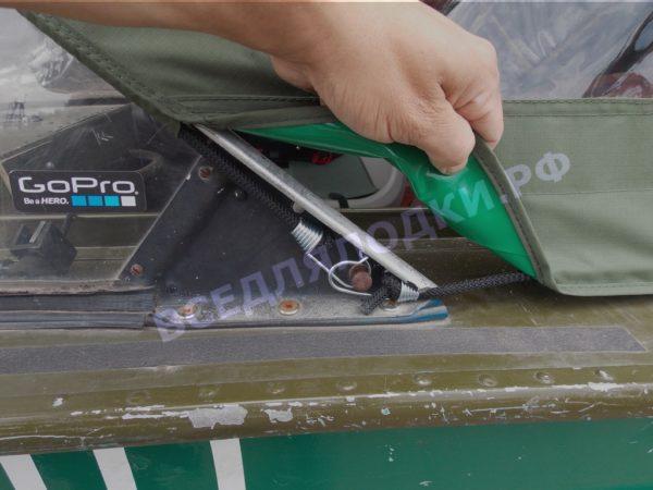 Днепр. Тент крепится к лодке при помощи резинок с крючками в штатные места.