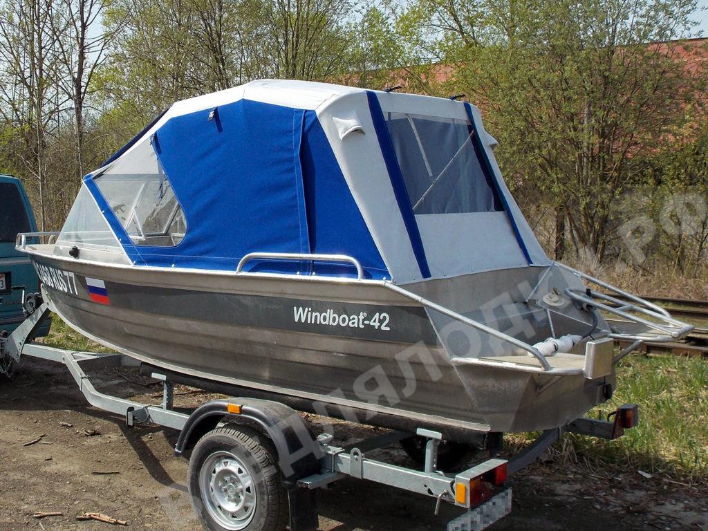 Лодка Windboat 42 с установленным тентом