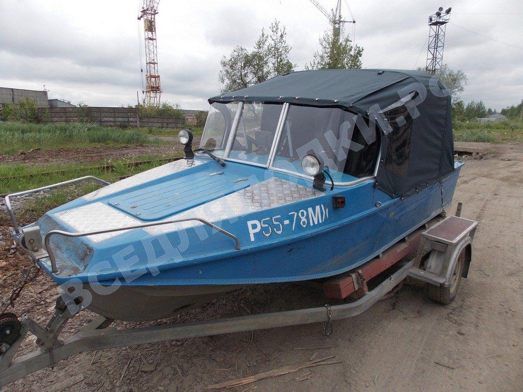 Лодка Воронеж-М с установленным стеклом и тентом.
