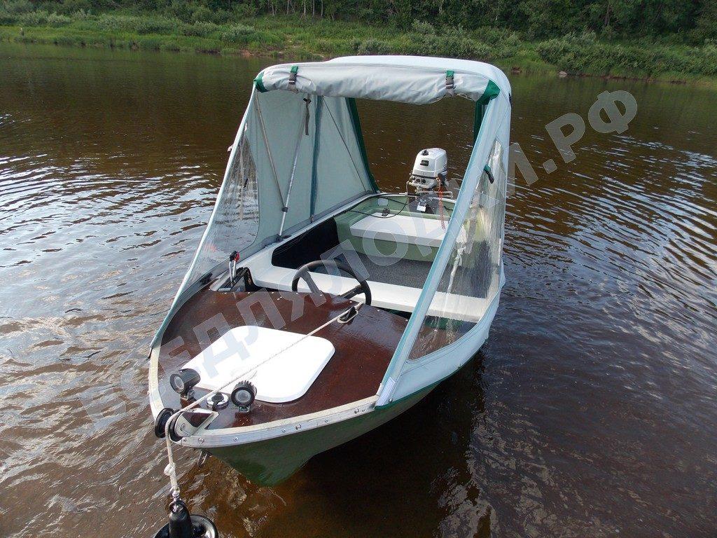 Лодка Онего-390 с установленным тентом.